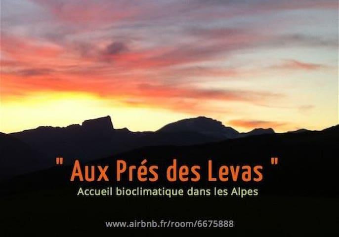 Aux Prés des Levas, bio-eco-lodge - Mens - Maan sisään rakennettu talo