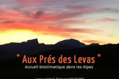 Aux Prés des Levas, bio-eco-lodge - Mens - Casa cueva