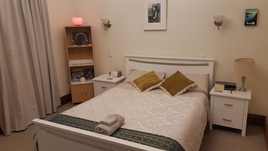 Central CBD Cuba St Wellington bedroom & ensuite