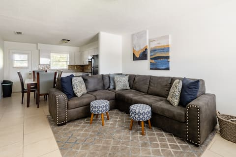 Spacious PRIVATE 2BR 1 BATH  12 miles from Disney