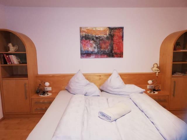geräumiges Schlafzimmer mit großem Doppelbett;