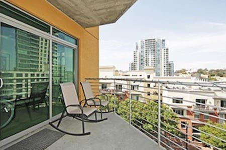 Modern 2-bed/2-bath condo downtown with great view - San Diego - Lägenhet