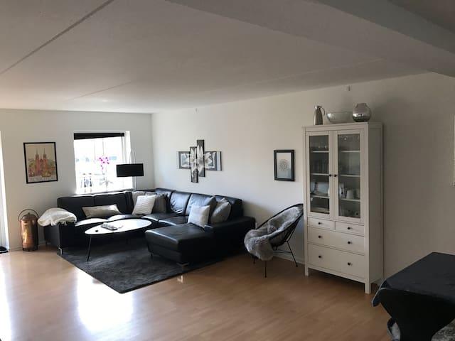 Moderne og central med balkon - Roskilde - Apartamento