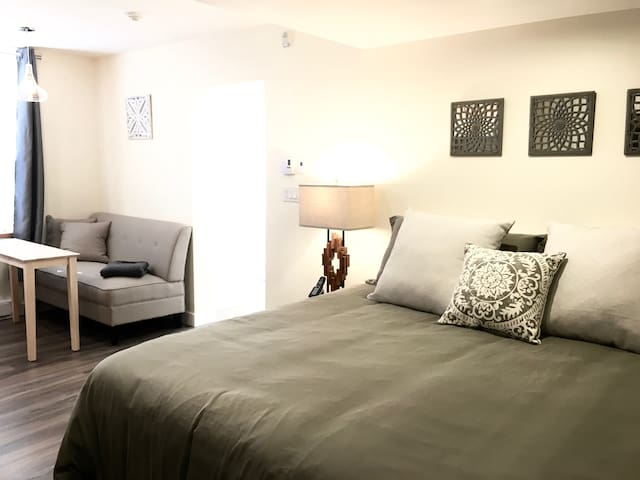 Stylish Private Downtown Studio, Stirling 103