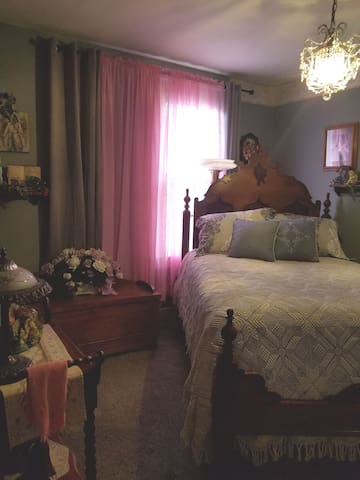 ANGELS AMONG US... Double bed, 3blks MSU, BassPro,