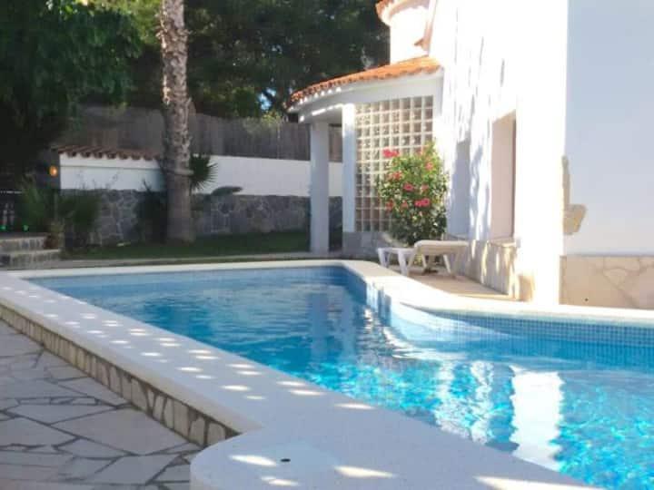 Villa dans quartier calme avec piscine privée, 10min plage et centre