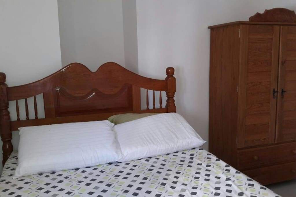 Quarto 1 - com cama de casal e pequeno guarda roupa