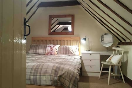 Burton End cottage 8min to airport Easy access