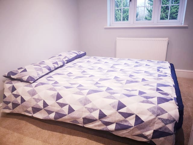 Pleasant, spacious double room in Aylesbury