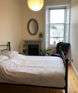 Quiet Comfy Spacious Double Room in Stockbridge !