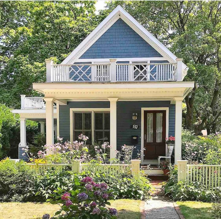 Cozy dreamy Charlevoix cottage steps from lake.
