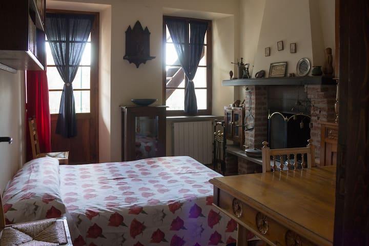 Seconda camera da letto o salottino. Divano letto da una piazza e mezza e tavolo allungabile