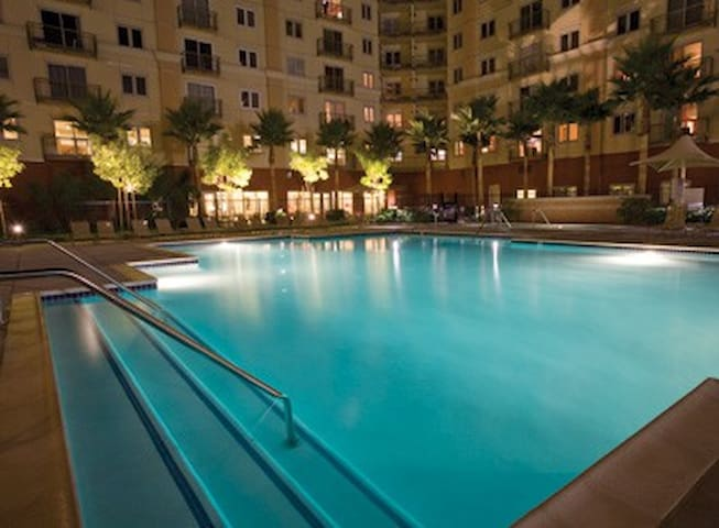 Beautiful 1 bedroom condo with huge pool/hot tubs!