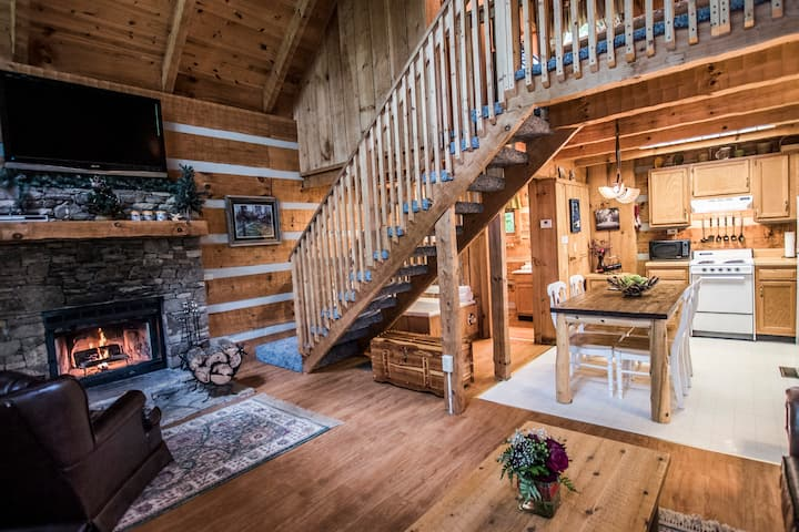 Rustic Pigeon Forge log cabin near everything