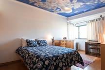 Ampla cama e tecto pintura original