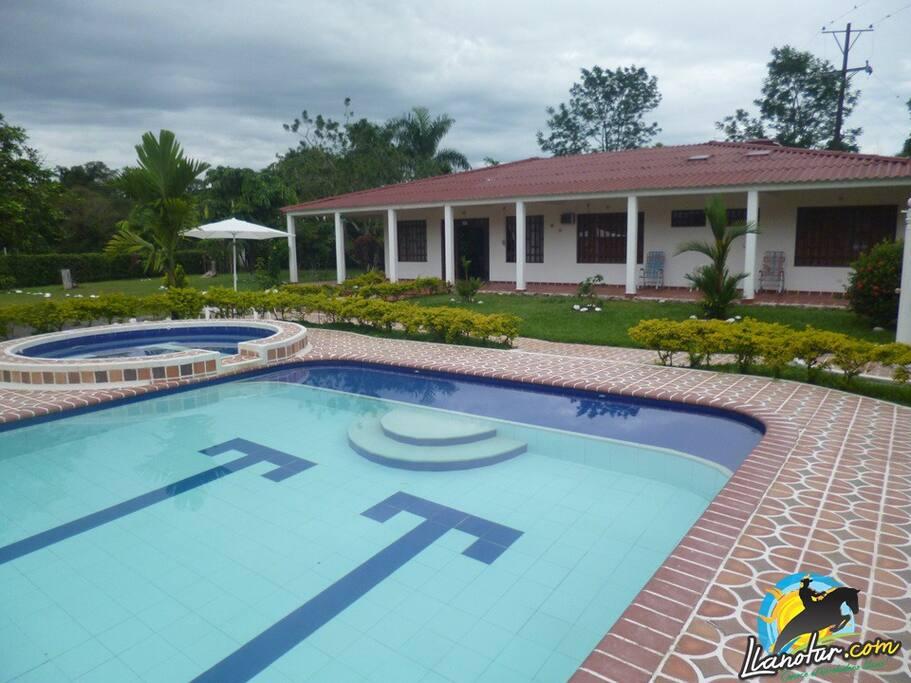 Vista de la fachada y las piscinas