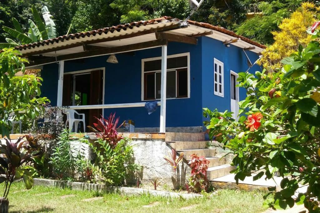 Linda casa. pequena e aconchegante. Ideal para famílias pequenas ou casal. Quintal gramado. Jardim cuidado.