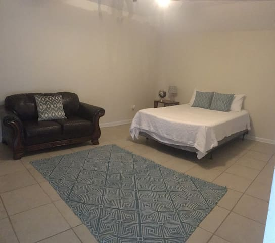 Private 1/1 Suite Across from Football Stadium - Gainesville - Casa de hóspedes