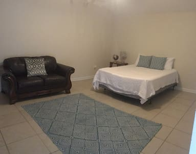 Private 1/1 Suite Across from Football Stadium - Gainesville