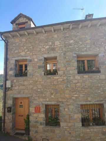 Casa Lardiés Girón con 2 apartamentos 4 plazas