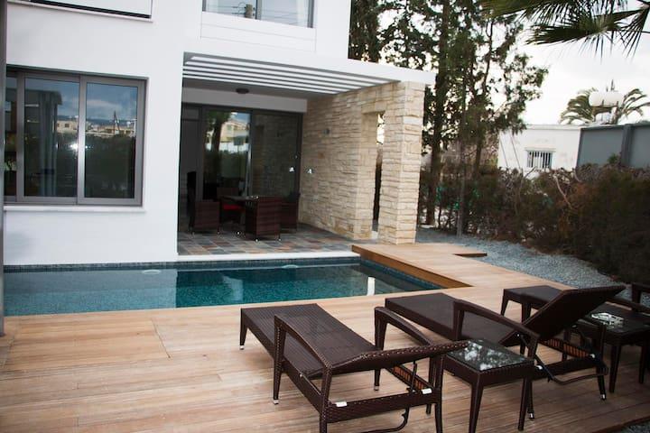 SHARE SHINNING SEA AND COMFORTABLE HOUSE. - Paphos - House