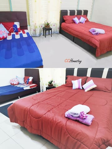 Room 4 Master room : 1 Queen bed and 1 single bed with aircond and ceiling fan,, can sleep up to 5 persons with floor mattress provided.  房间4 主人房 : 双床位和单人床,设有冷气及风扇,提供床垫于可睡至5人。