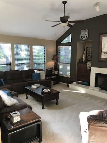 Heart of the Woodlands, cozy private room for one!