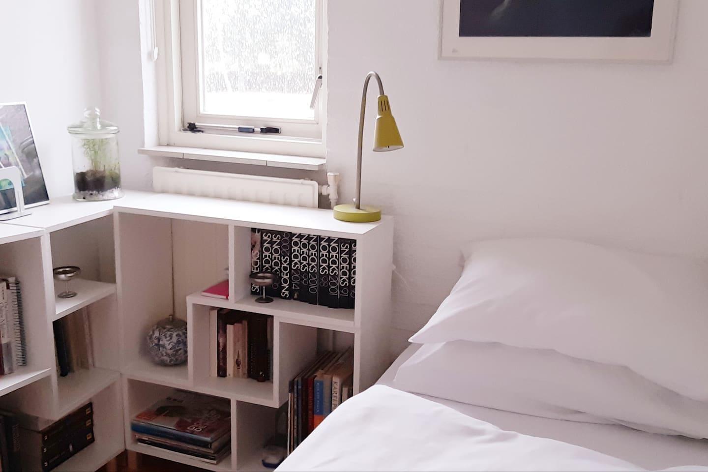 Een een persoons kleine maar gezellige schone kamer met een comfortabel bed