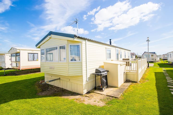 MP659 - Camber Sands Holiday Park - Sleeps 8 - Large gated decking - Quiet relaxing area