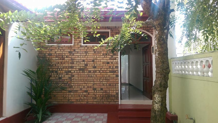 BRAND NEW FURNISHED COLONIAL HOME - Moratuwa - Dom