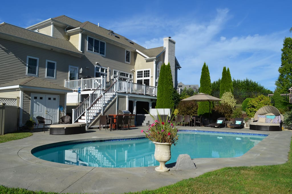 Coastal getaway houses for rent in portsmouth rhode for Rhode island bath house