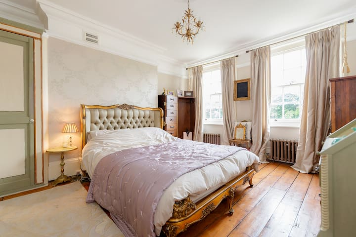Large & lovely room in Victorian house near tube