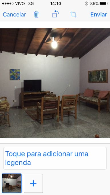 Sala com televisor, ar condicionado e ventilador de teito