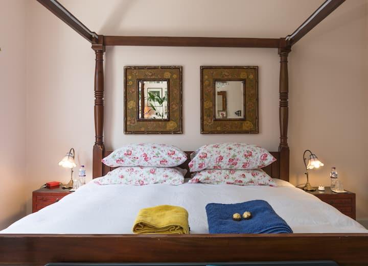 Lovely Bedroom in Covent Garden Apartment