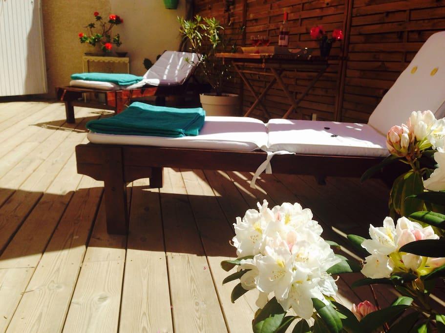 Magnifique terrasse  Transat et hamac Ici on dine ou déjeune dehors a souhait