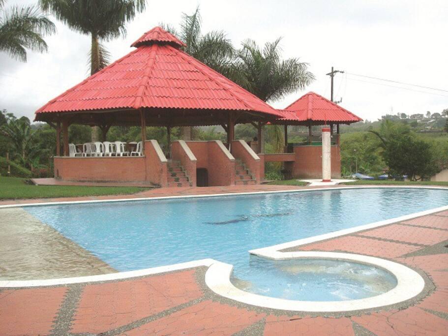 Esta es la piscina tel hidromasajes el kiosco con capacidad 80 o100 personas