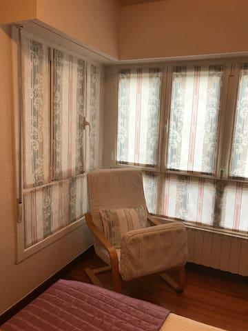Dormitorio con cama de: 1,50 mts.