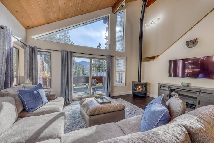Beautiful home with deck facing Mountain views and near Squaw/Alpine Meadows