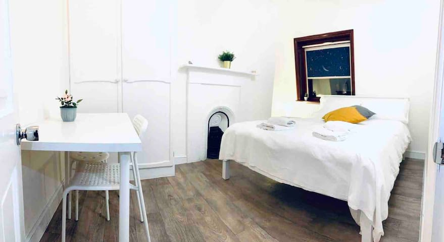 LARGE DOUBLE BED 4 MINS TO KINGS CROSS STATION