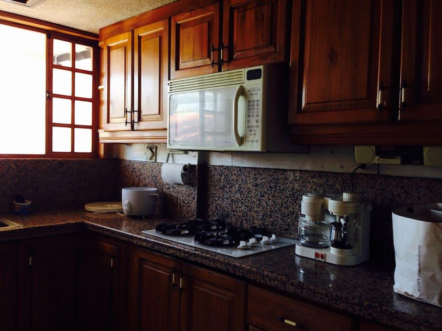 Cocina que incluye microondas, cafetera, batidora, radio
