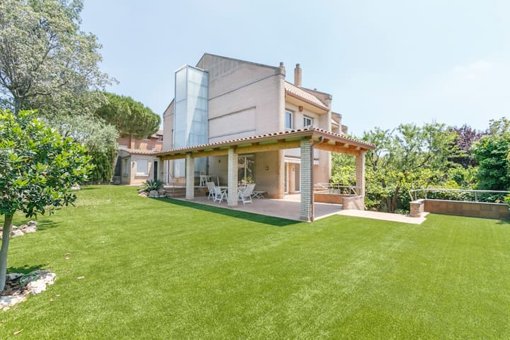 Pretty House with garden and pool near Barcelona