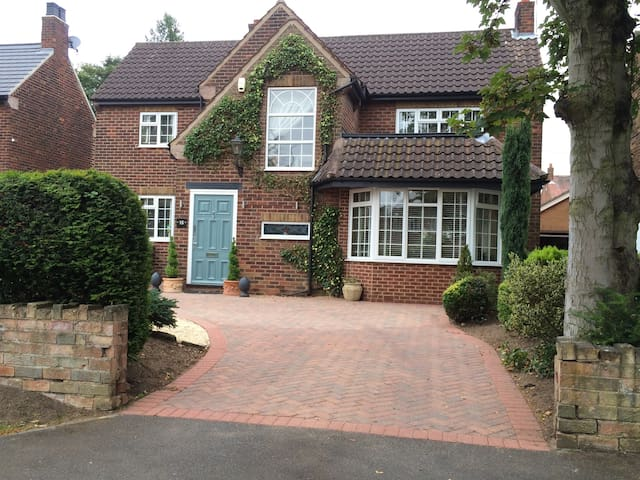 3 individual rooms in gorgeous house close to town - Doncaster - Casa