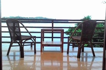 Pele's No1 Beachfront Bungalow - Sukakarya