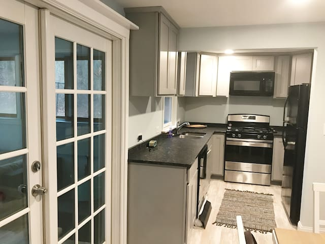Newly renovated cape cottage w/fireplace