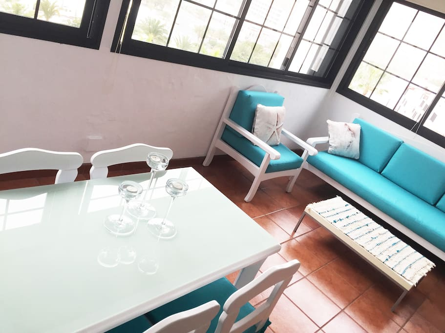 Spacious and luminous exterior lounge- and breakfast area
