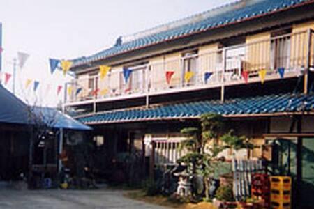 家族で営む純和風の民泊中部国際空港から車で30分お魚がうまい日本料理が自慢のひげおやじの宿 - Mihama - Bed & Breakfast
