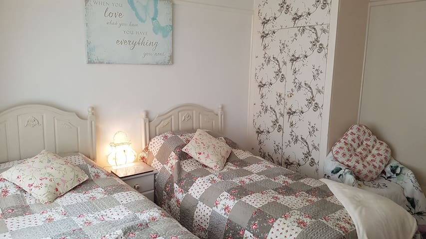 shabby chic boutiqe double room with twin beds