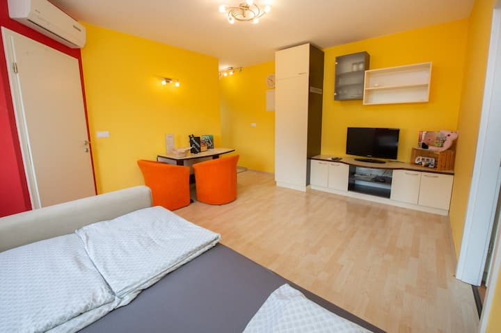 Colourful one bedroom apartment Golden Snail