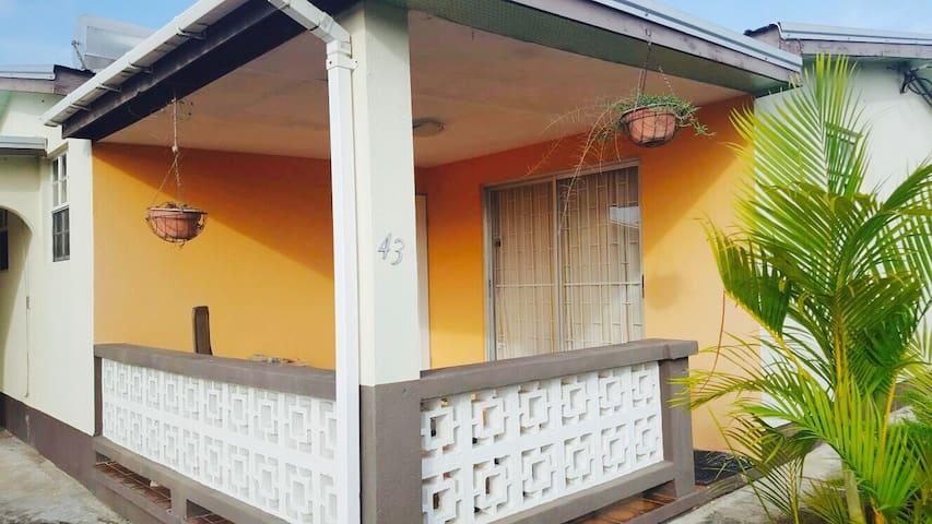 Cozy & Affordable Home, Next to Barbados Golf Club - Oistins - Huis