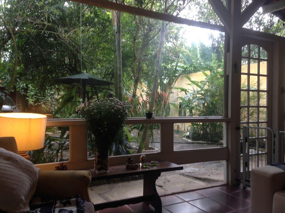 Deliciosa sala de vidro de frente ao jardim.
